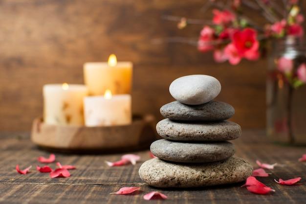 Ozdoba Kamieniami Spa I Zapalonymi świecami Premium Zdjęcia