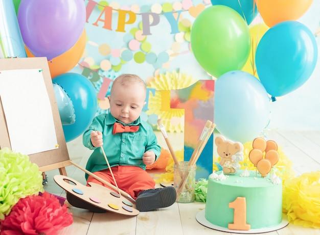 Ozdoba na pierwsze urodziny chłopca, rozbić ciasto w stylu malarza artystycznego Premium Zdjęcia
