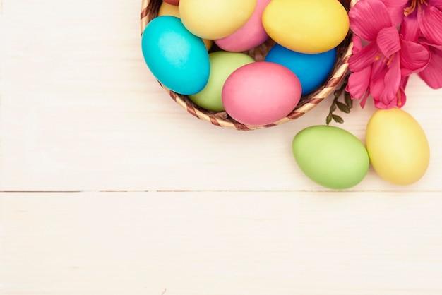 Ozdoba Wielkanocna Na Białym Drewnie Darmowe Zdjęcia