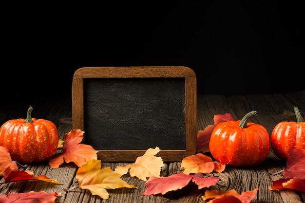 Ozdoba z dyni i jesiennych liści Darmowe Zdjęcia