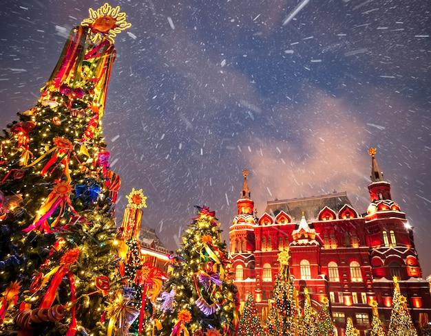 Ozdobione choinki na cześć tygodnia zapusty w moskwie w pobliżu placu czerwonego. piękna wakacyjna sceneria z wakacyjnymi dekoracjami choinki. Premium Zdjęcia