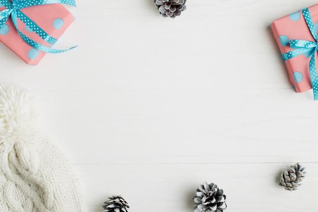 Ozdobna rama, atrybuty świąteczne na białym drewnianym stole. Premium Zdjęcia