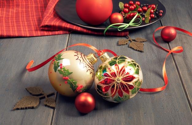 Ozdobne Bombki świąteczne Z Motywem Christmas Star Związane Wstążką I Czerwoną Serwetką Na Drewno Premium Zdjęcia