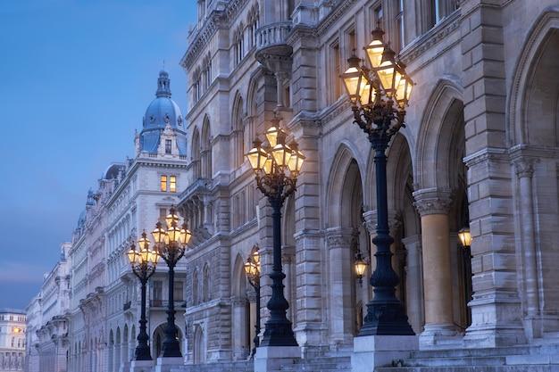 Ozdobne historyczne latarnie przed rathaus vienna lub wiedeński ratusz wieczorem Premium Zdjęcia