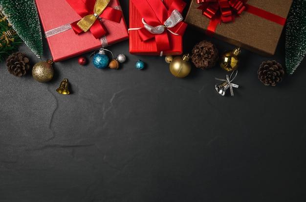 Ozdoby świąteczne I Pudełko Na Ciemnym Stole. Widok Z Góry Z Miejsca Na Kopię I Kartkę Z życzeniami Xmas. Koncepcja Szczęśliwego Nowego Roku. Premium Zdjęcia