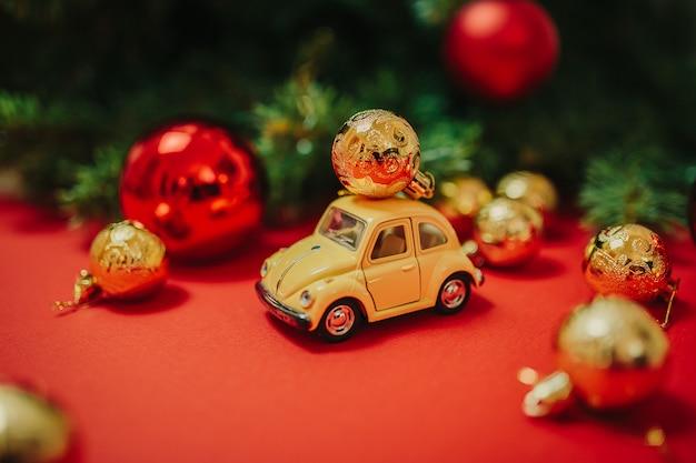Ozdoby świąteczne na czerwonym tle Premium Zdjęcia