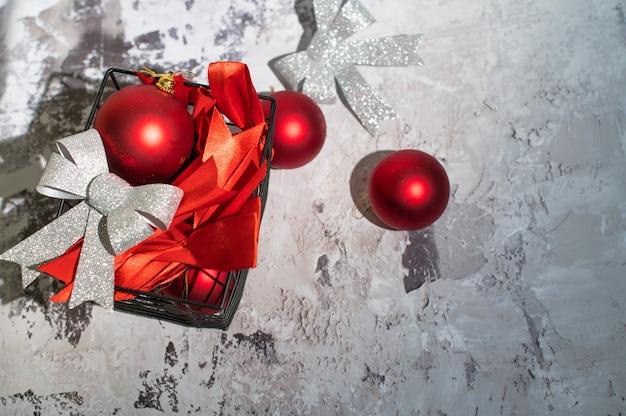 Ozdoby świąteczne W Koszu Na Białym Betonie. Leżał Na Płasko Premium Zdjęcia