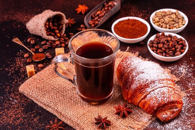 Ożywcza Poranna Kawa Ze Słodyczami. Premium Zdjęcia