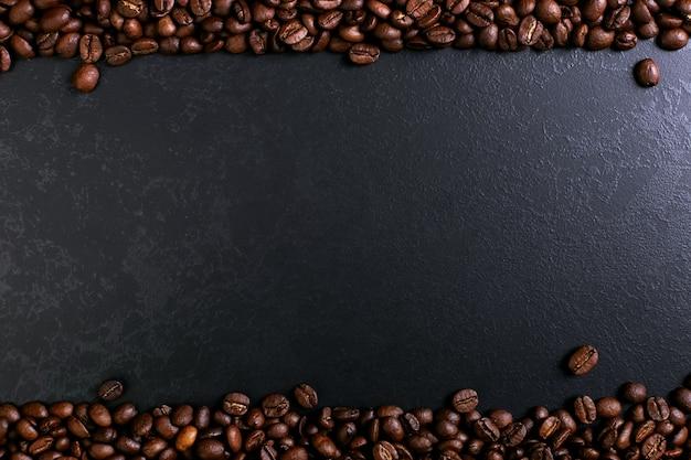 Pachnące ziarna kawy na tle rustykalnym blat stołu Premium Zdjęcia