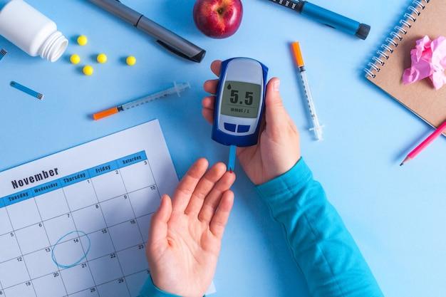 Pacjent Z Cukrzycą Używający Glukometru Do Pomiaru Poziomu Glukozy. Premium Zdjęcia