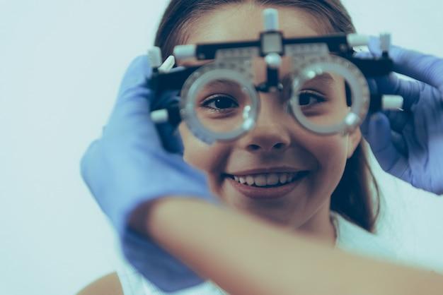 Pacjentka Na Egzaminie Optycznym W Klinice Premium Zdjęcia