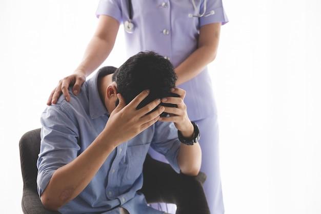 Pacjentka Zapewniana Przez Lekarza W Sali Szpitalnej Premium Zdjęcia
