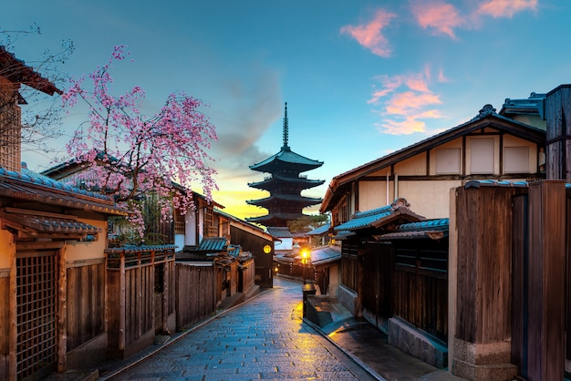 Pagoda Yasaka I Sannen Zaka Street Z Wiśniowym Porankiem, Kioto, Japonia Premium Zdjęcia