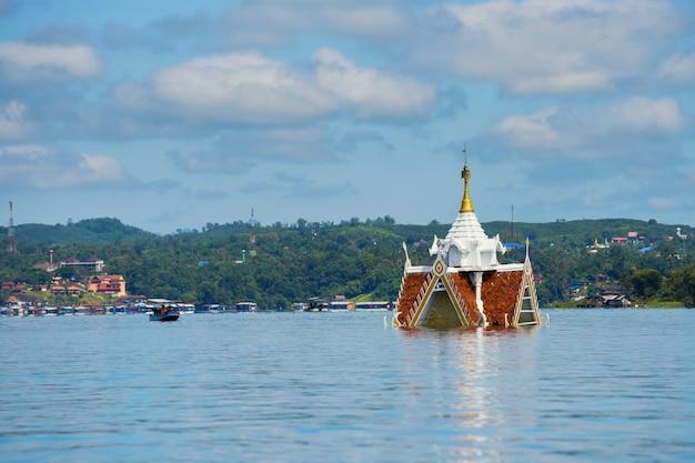 Pagoda zalana rzeką songkalia Premium Zdjęcia