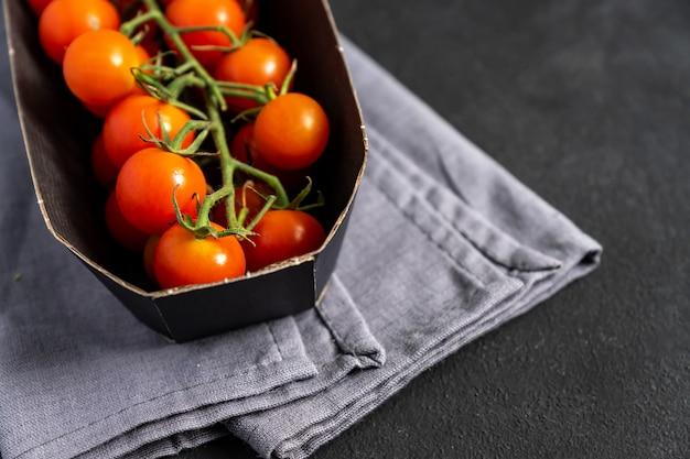Pakiet świeżych Dojrzałych Pomidorów Cherry. Dostawa Jedzenia. Online Grossery. Premium Zdjęcia