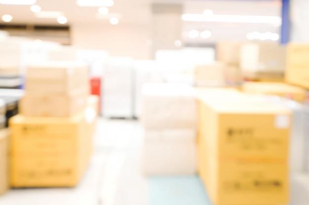 Pakujący Pudełko W Sklepowym Abstrakcjonistycznym Defocused Zamazanym Tle. Pomysł Na Biznes. Premium Zdjęcia