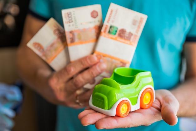 Pakuje rachunki w wysokości pięciu tysięcy rosyjskich rubli i samochodzik Premium Zdjęcia