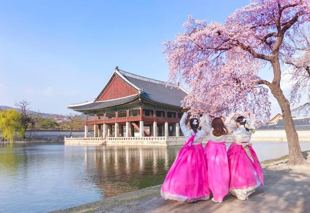 Pałac Gyeongbokgung Z Koreańskim Strojem Narodowym I Kwiatem Wiśni Wiosną, Seul, Korea Południowa. Premium Zdjęcia