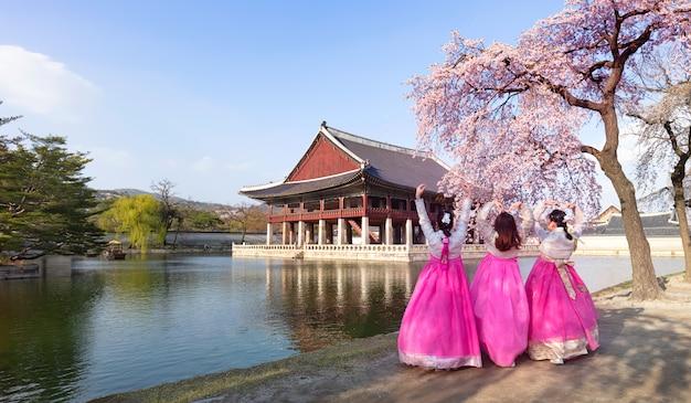 Pałac Gyeongbokgung Z Koreańskim Strojem Narodowym I Wiśniowym Kwiatem Na Wiosnę, Seul, Korea Południowa. Premium Zdjęcia