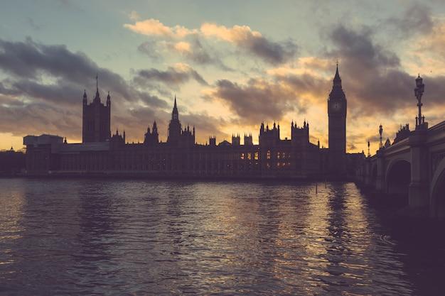 Pałac Westminsterski I Big Ben W Londynie O Zachodzie Słońca Premium Zdjęcia