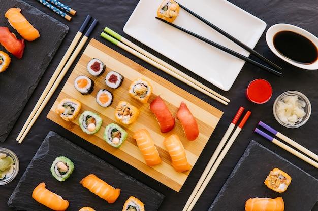 Pałeczki I Zestaw ładne Sushi Darmowe Zdjęcia