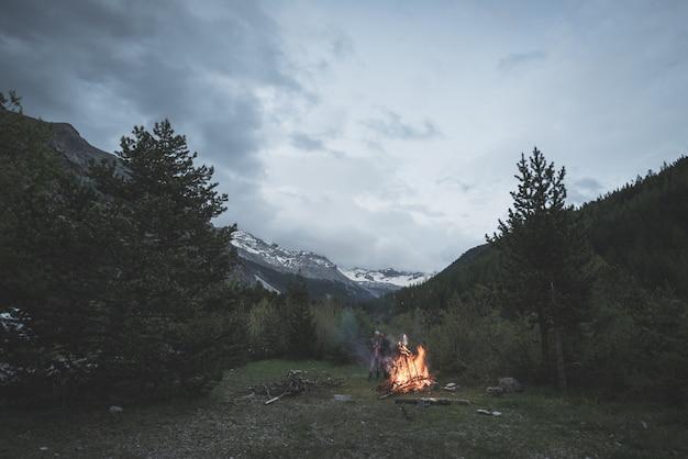 Palenie ogniska w odległym lesie modrzewia i sosny Premium Zdjęcia
