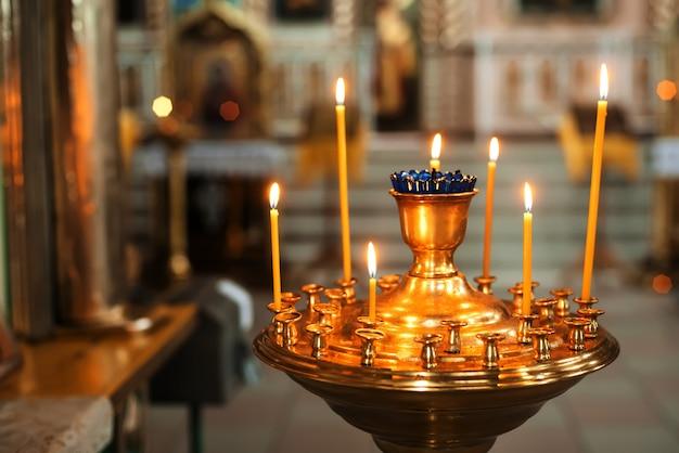 Palenie żółtych świec W Cerkwi Premium Zdjęcia