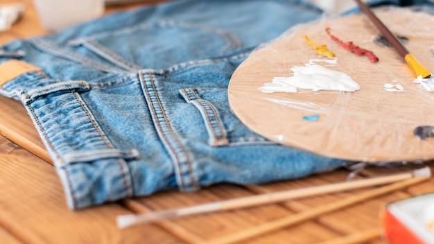 Paleta Do Malowania Pod Wysokim Kątem I Jeansy Premium Zdjęcia