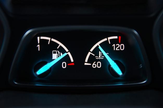 Panel Samochodowy Ze Strzałkami Poziomu Paliwa I Temperatury Premium Zdjęcia