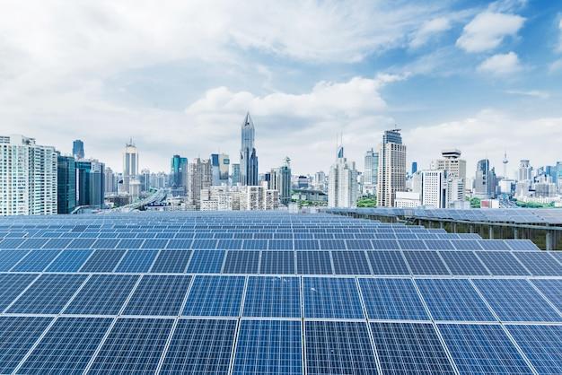 Panele Słoneczne Tła Miejskiego, Szanghaj, Chiny. Premium Zdjęcia