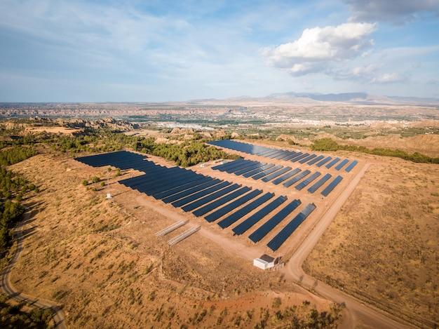 Panele słoneczne w widoku z lotu ptaka Premium Zdjęcia