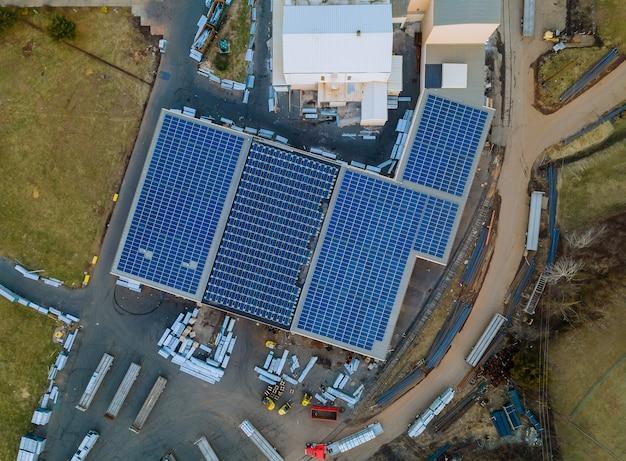 Panele Słoneczne Zainstalowane Na Dachu Dużego Budynku Przemysłowego Magazynu. Premium Zdjęcia