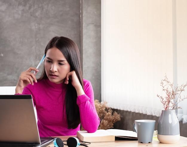 Pani pracująca w domu, sprawdzająca porządek z laptopa, pracująca w domu Premium Zdjęcia
