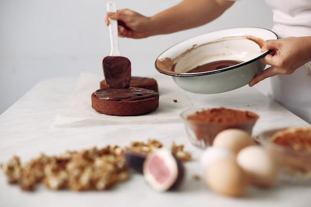 Pani Przygotowuje Deser Kobieta Piecze Ciasto. Darmowe Zdjęcia