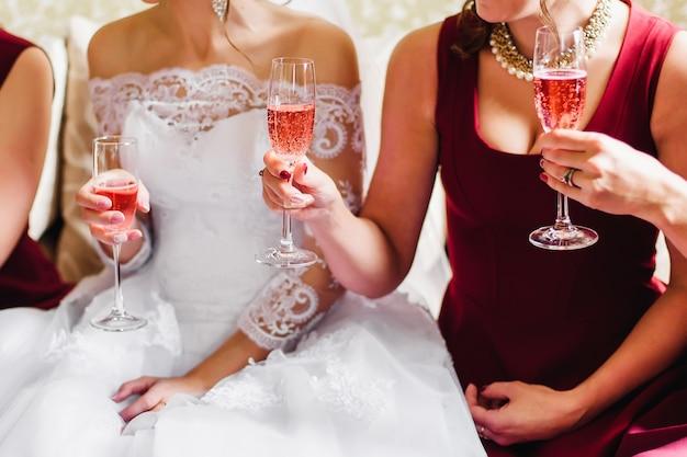 Panna młoda i jej przyjaciele na weselu świętują z kieliszkami szampana w rękach Premium Zdjęcia