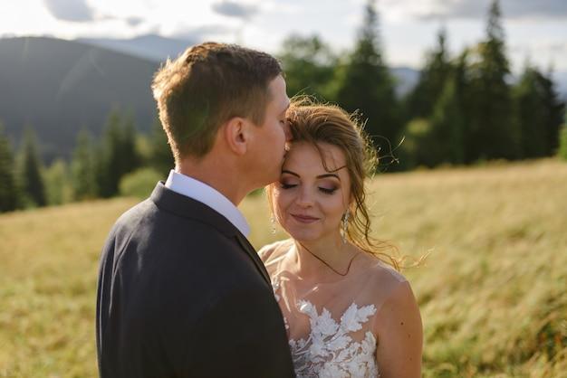 Panna Młoda I Pan Młody ślubna Sesja Zdjęciowa W Górskim Krajobrazie. Premium Zdjęcia