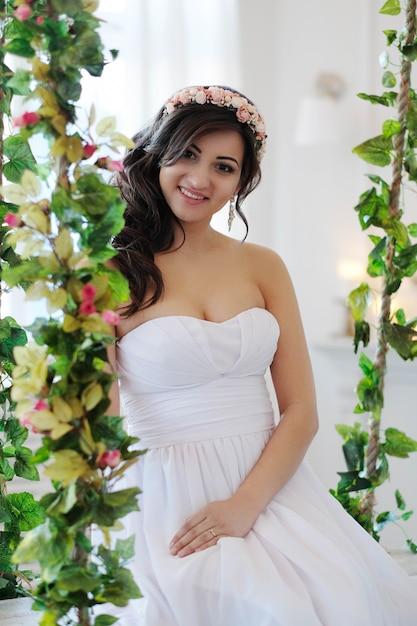 Panna Młoda Na Huśtawce Z Kwiatami Darmowe Zdjęcia