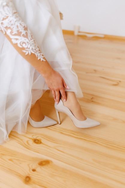 Panna młoda nosi buty w poranek ślubu Premium Zdjęcia