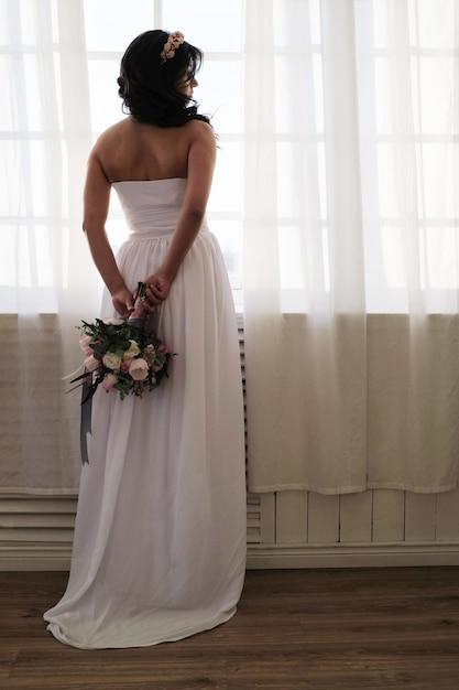 Panna Młoda Trzyma Bukiet Kwiatów Darmowe Zdjęcia