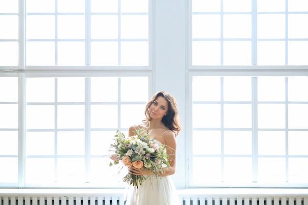 Panna Młoda W Białej Sukni Z Bukietem Kwiatów Darmowe Zdjęcia