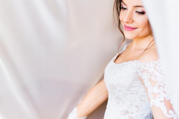 Panna Młoda W Białej Sukni Z Pięknym Makijażem Pod Białą Zasłoną Premium Zdjęcia