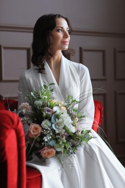 Panna Młoda W Sukni ślubnej Siedzi Na Czerwonej ławce Darmowe Zdjęcia