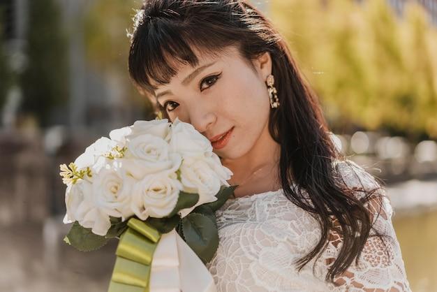 Panna Młoda Z Pięknym Bukietem Kwiatów Darmowe Zdjęcia