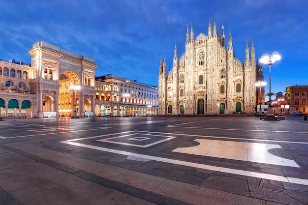 Panorama Nocy Piazza Del Duomo W Mediolanie We Włoszech Premium Zdjęcia