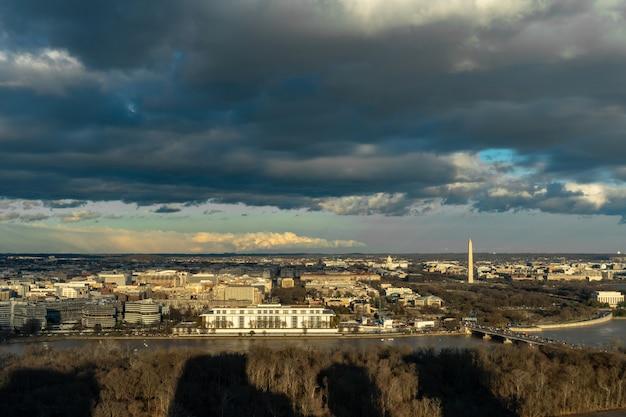Panorama Scena Widok Z Góry Waszyngtonu W Centrum Miasta, W Którym Można Zobaczyć Kapitol Stanów Zjednoczonych, Pomnik Waszyngtonu, Pomnik Lincolna I Pomnik Thomasa Jeffersona, Historię I Kulturę Koncepcji Podróży Premium Zdjęcia