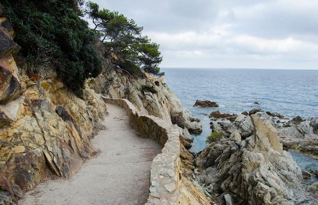 Panorama Skał I Drogi W Pobliżu Wybrzeża. Nabrzeże Gór W Morzu śródziemnomorskim. Skały Na Wybrzeżu. Premium Zdjęcia