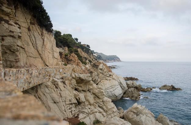 Panorama Skał Na Wybrzeżu Lloret De Mar. Nabrzeże Lloret De Mar Costa Brava Hiszpania. Skały Na Wybrzeżu. Premium Zdjęcia