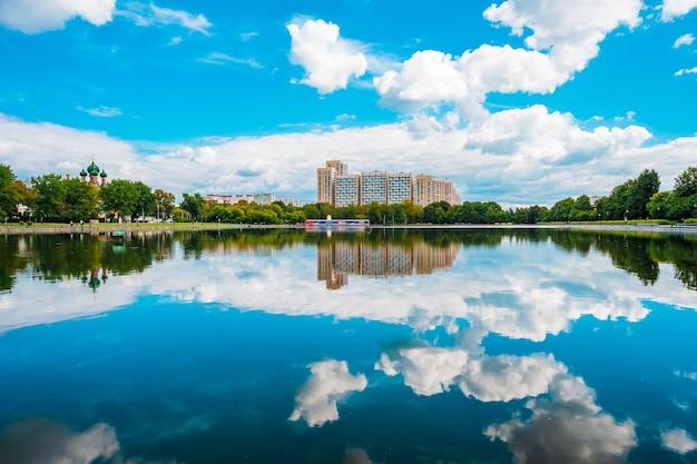 Panorama Stawu Ostankino I Budynków Mieszkalnych W Moskwie Premium Zdjęcia