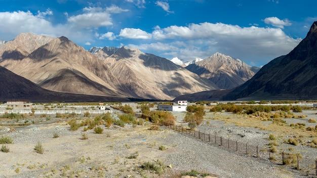 Panorama Widok Nubra Dolina W Ladakh, India. Premium Zdjęcia