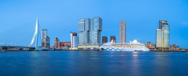 Panorama widok rotterdam miasta linia horyzontu w rotterdam, holandie Premium Zdjęcia